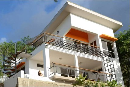 Casa Blanca is a beautiful modern 3 bedroom / 2 bathroom house with A/C in all the three rooms, a full kitchen, and breathtaking views of the beach. A great swimming pool is just 50m away.