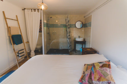 queen size bed shower and toilets