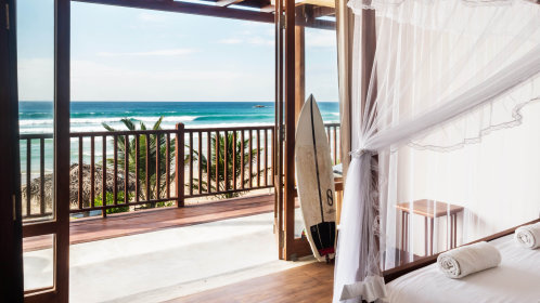 Comfortable 4 poster bed with the perfect view of the surf to get you motivated for your morning surf